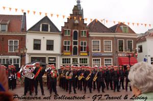 Una banda suona a Amersfoort durante il Koningsdag. Avete visto quanto sono storte le case?