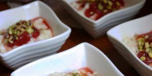 Kheer Budino di riso dolce al cardamomo con fragole e pistacchi