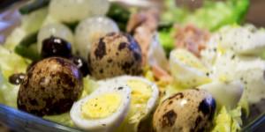 Insalata estiva con uova di quaglia