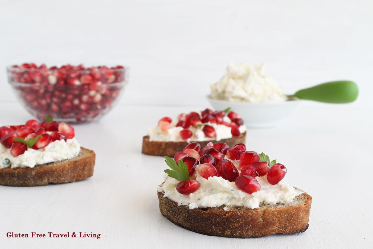 Bruschette con crema di formaggio e melagrana - Gluten Free Travel and Living