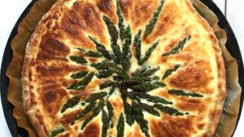 Torta salata agli asparagi verdi e bianchi
