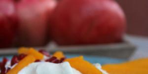 Mini pavlova al tè macha con mango e melagrana