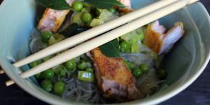 Spaghetti di soia con salmone croccante e foglie di curry