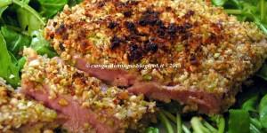 Filetto di tonno al forno con panatura di frutta secca, limone e pepe rosa