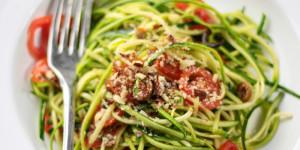 Spaghetti di zucchine con pomodorini ed olive taggiasche