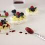 Mini pavlove con crema pasticcera, coulis e frutti di bosco
