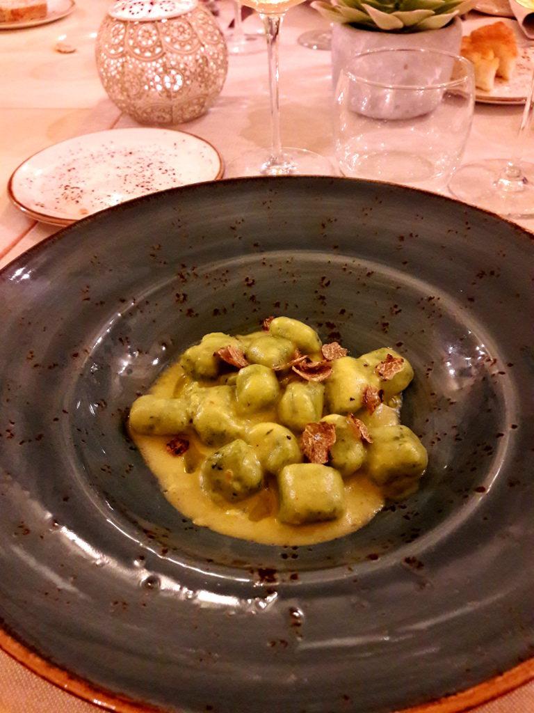 Gnocchi verdi allo zafferano e tartufo nero de La Quercia di Castelletti - Gluten FreeTravel & Living