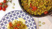 Fave e pomodorini in padella su letto di patate novelle